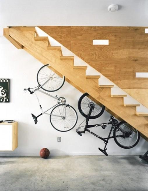 Bicicletas-bajo-escaleras