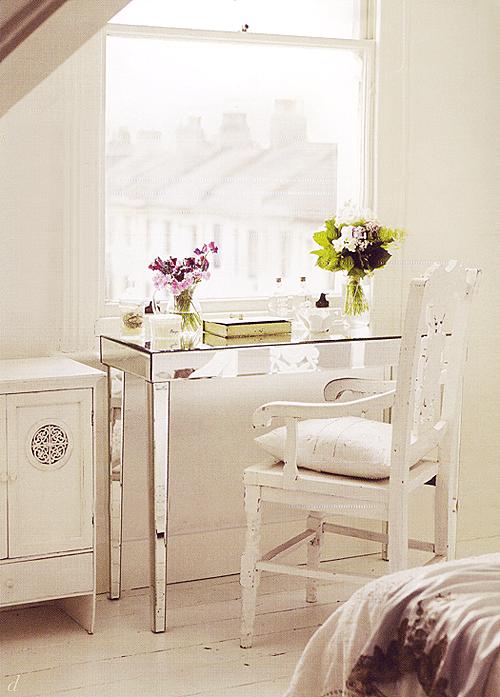 decoración en blanco consola espejo