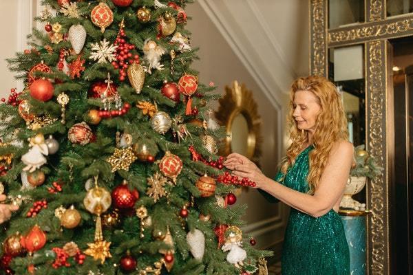 Mujer decorando abeto de navidad