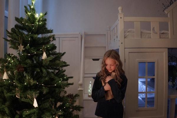 Niña admirando su árbol de navidad