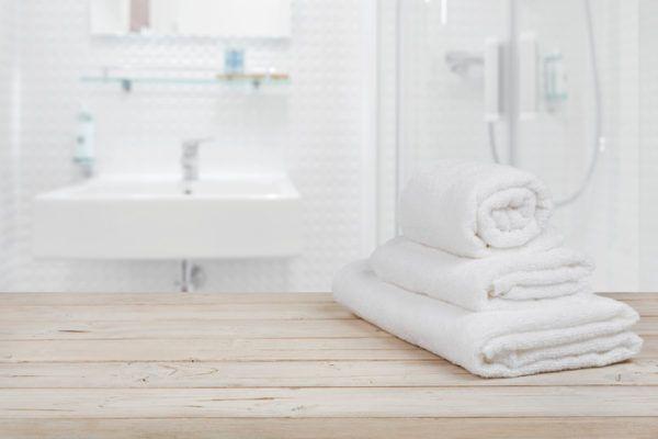 Banos de color blanco toallas