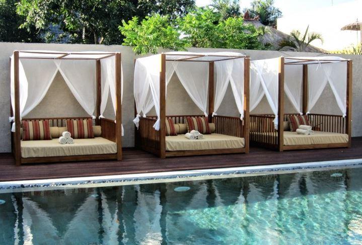 Camas balinesas o chill out for Decoracion de piscinas y jardines