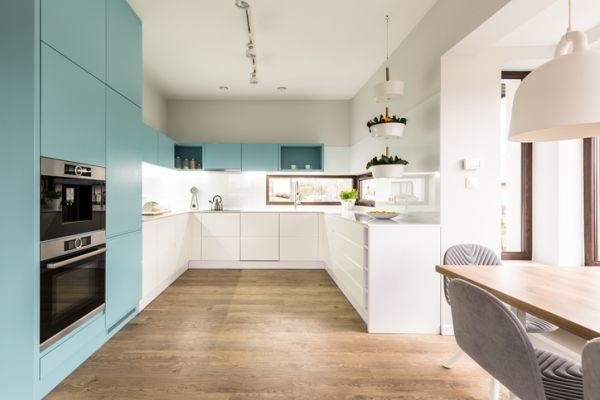 cocinas-azules--blanco-madera-istock1