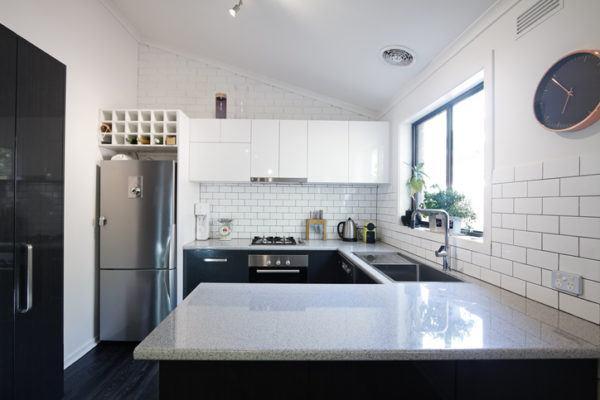 Cocinas pequenas blancas armarios negros