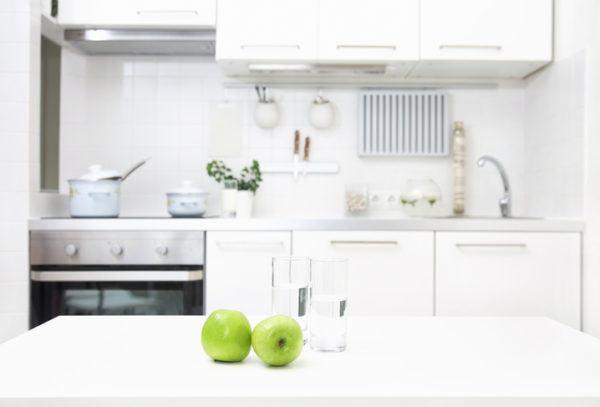 Cocinas pequenas blancas manzanas verdes