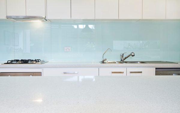 Cocinas pequenas blancas salpicadero azul