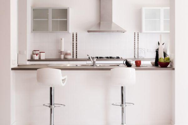 Cocinas pequenas blancas taburetes blancos