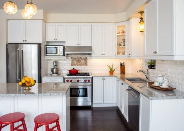 Cocinas pequenas blancas taburetes rojos