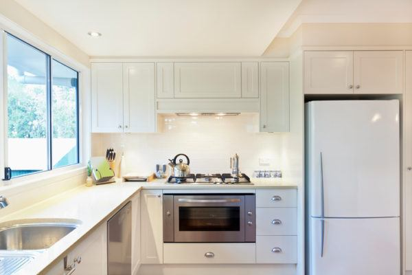 Cocinas pequenas blancas tetera