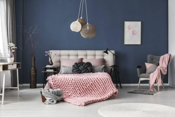 Los mejores colores que combinan con gris para decorar una - Dormitorio pared gris ...