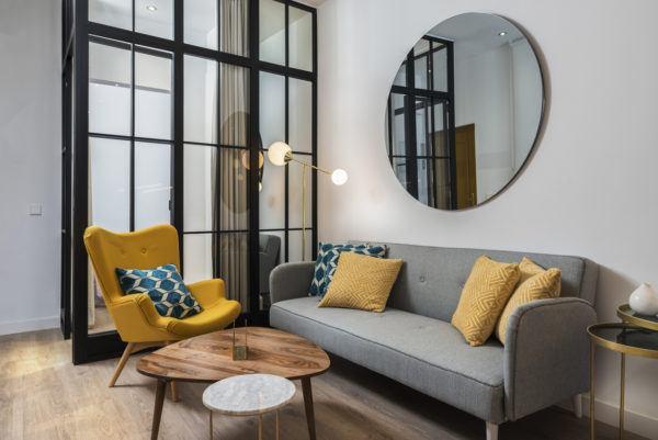 Como decorar la pared del sofa  espejo
