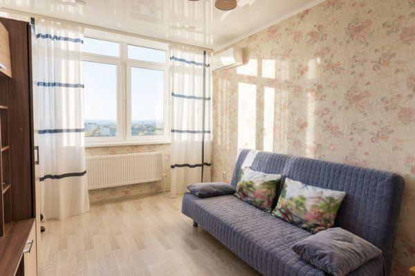 como-decorar-un-salon-pequeno-pared-estampadas-istock