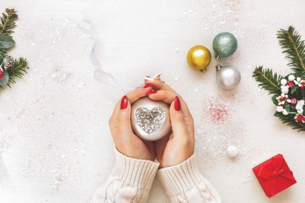 como-decorar-una-bola-de-navidad-corazon-istock