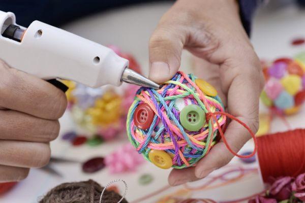 como-decorar-una-bola-de-navidad-lana-y-botones-istock