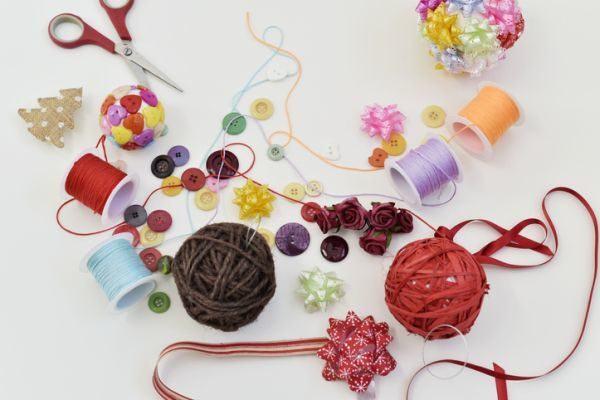 como-decorar-una-bola-de-navidad-lazo-istock
