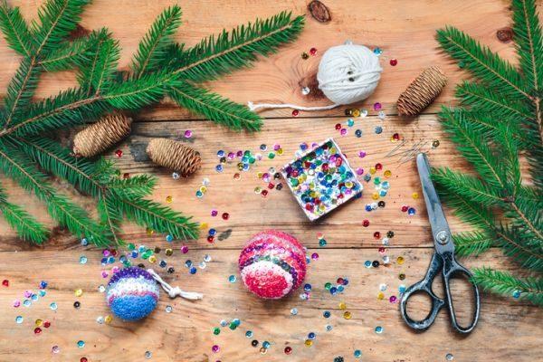como-decorar-una-bola-de-navidad-lentejuelas-istock