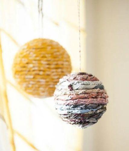 como-decorar-una-bola-de-navidad-papel-reciclado-espaciohogar