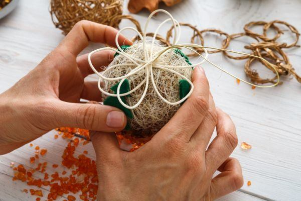 como-decorar-una-bola-de-navidad-rafia-istock