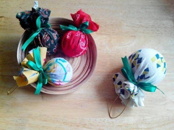 como-decorar-una-bola-de-navidad-telas