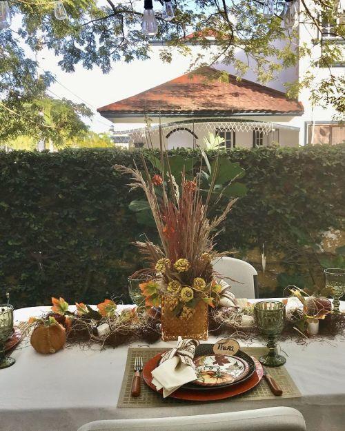 Centro de mesa para Acción de Gracias de flores y ramas secas