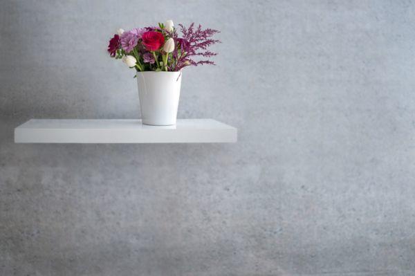Estante con soportes ocultos con florero