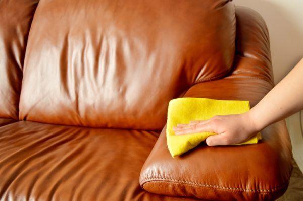 como-limpiar-un-sofa-de-piel-pano-limpieza-istock
