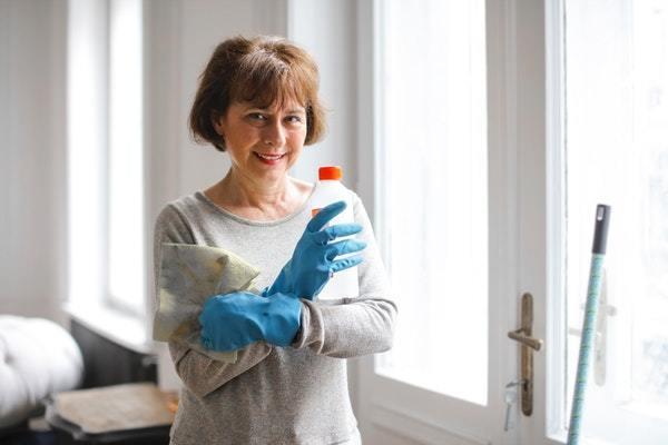 Mujer lista para hacer limpieza