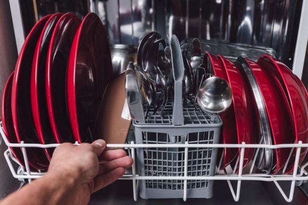 como-quitar-olor-a-jabon-del-lavavajillas-istock2