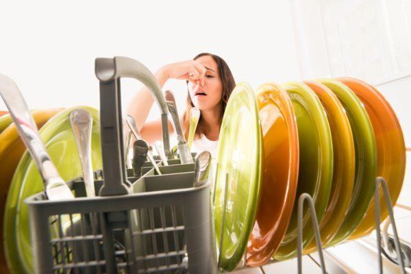 como-quitar-olor-a-jabon-del-lavavajillas-istock3