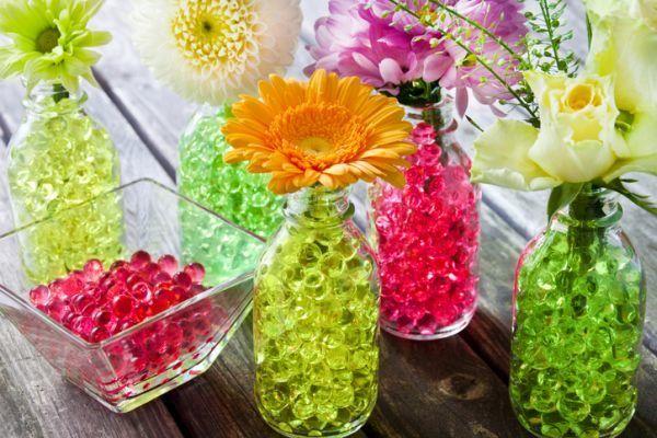 decoracion-con-jarrones-de-cristal-bolas-de-color-istock