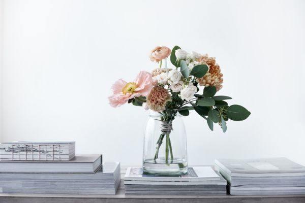 decoracion-con-jarrones-de-cristal-con-flores-oficina-istock