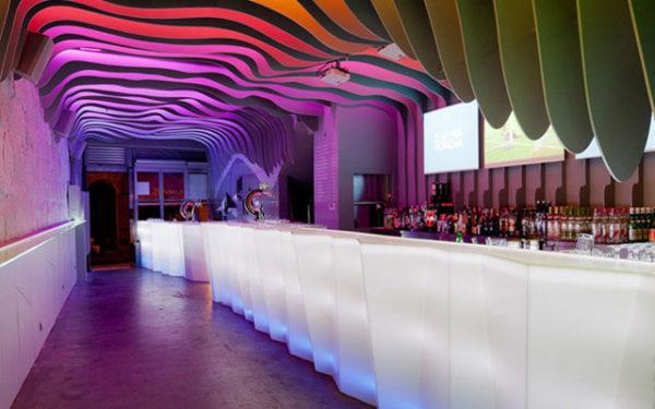 decorar-una-barra-de-bar-iluminacion-materiales-plasticos