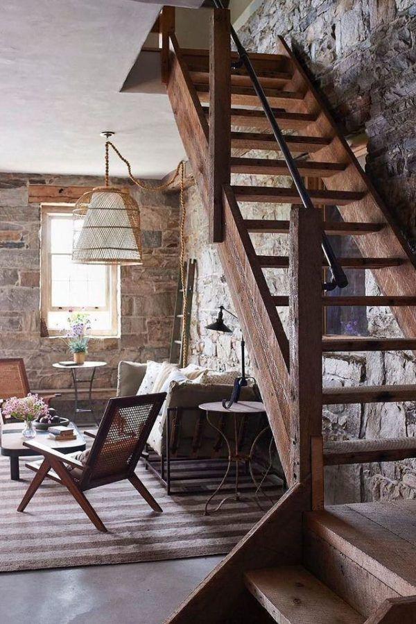Escaleras de madera tallada en bruto