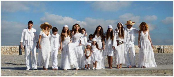 podemos vestir con un cmo vestido de algodn con encajes o bordados aunque la combinacin de blusa y falda para las mujeres es tambin una eleccin - Decoracion Fiesta Ibicenca