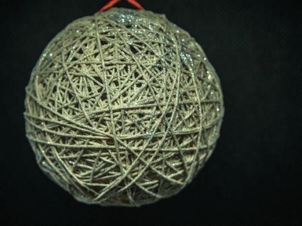 manualidades-para-decorar-tu-cuarto-en-navidad-bolas-de-hilo-istock