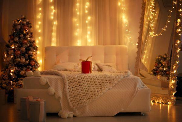 manualidades-para-decorar-tu-cuarto-en-navidad-espejo-luces-istock