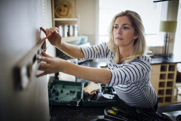 Mujer colocando vinilo de cocina