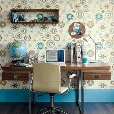 rincón de trabajo en tonos madera marrón azul y crema via freshome