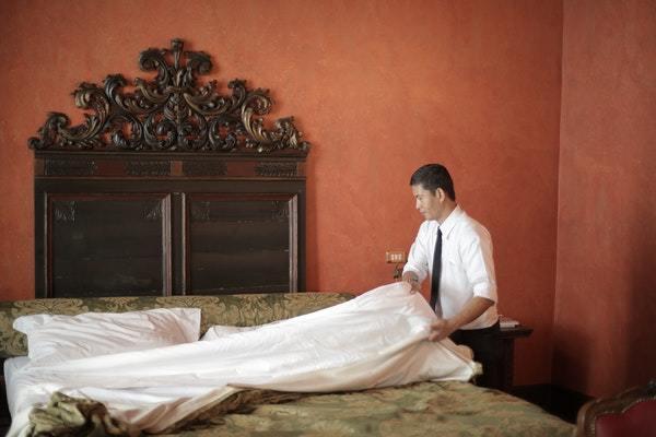 Hombre haciendo la cama